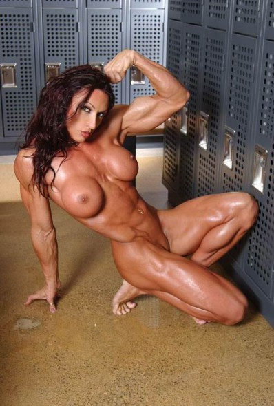 50sexy_naked_bodybuilder_girl_shows_of_in_the_dressing_room
